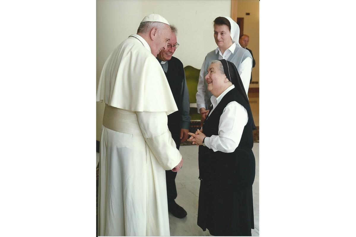 Sr. Stella e Sr. Cecilia con Papa Francesco