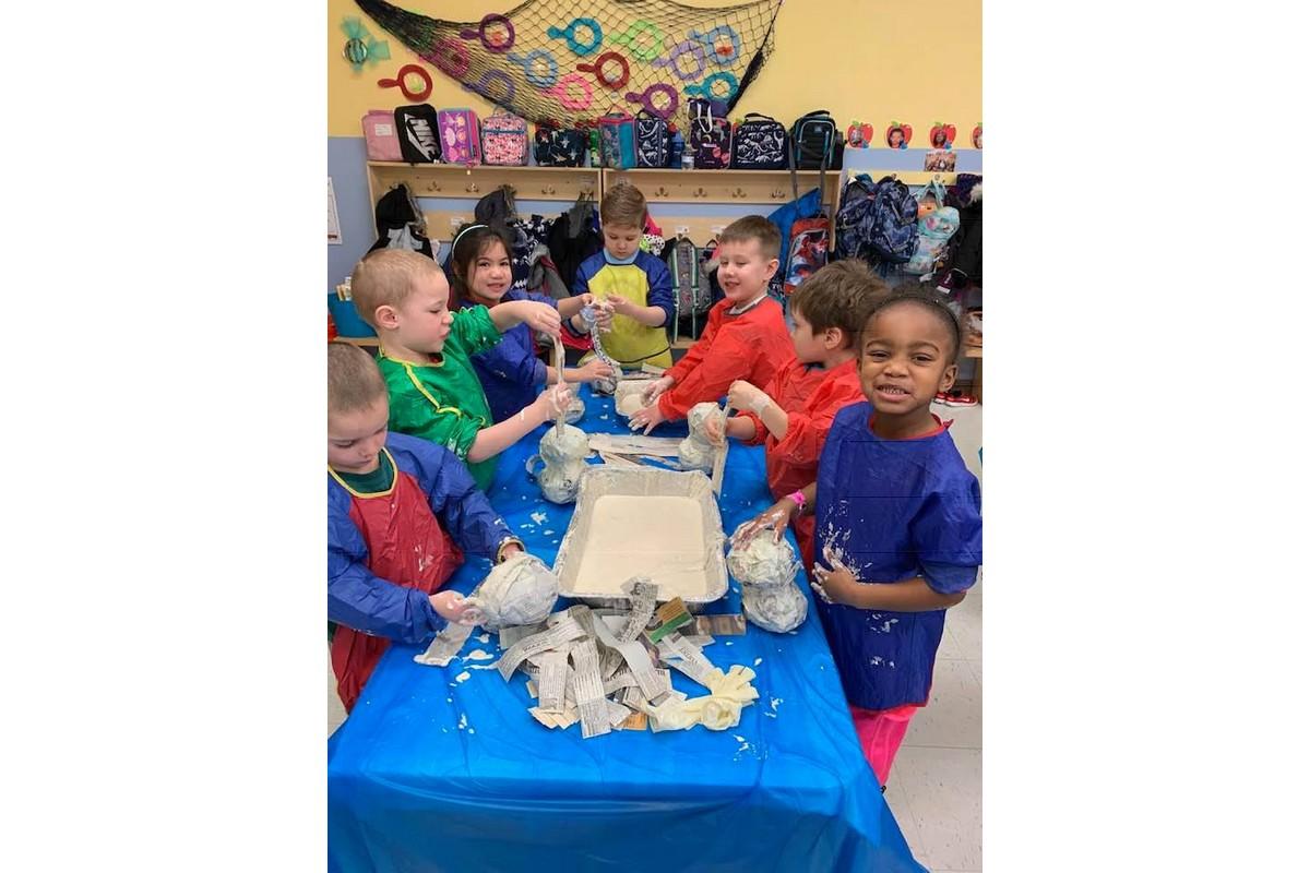 Venerini Academy (USA) - I bambini della scuola dell'infanzia si sperimentano con la cartapesta